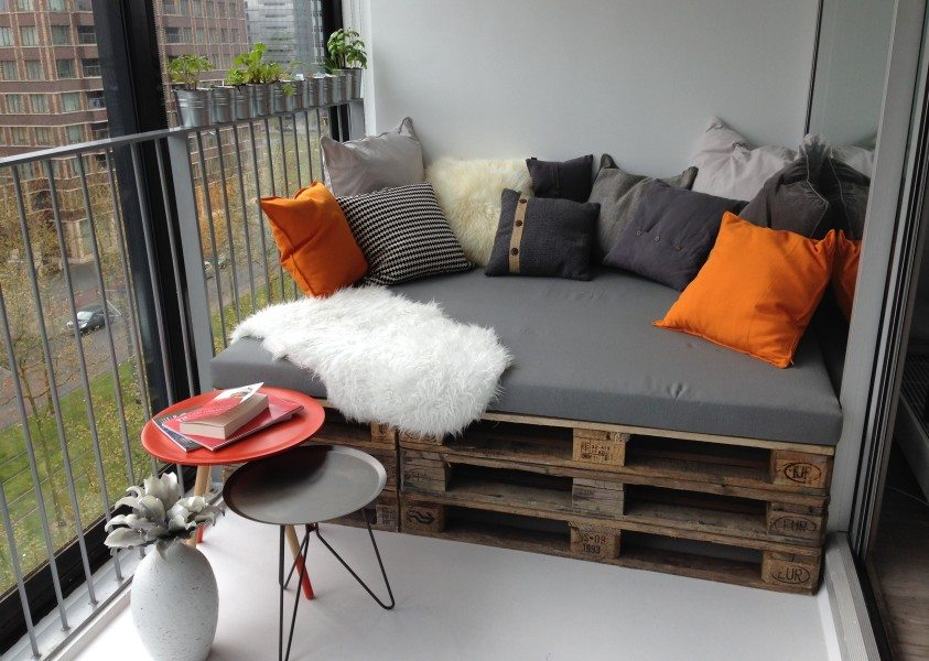 maak zelf een loungebank van pallets voor in de tuin van. Black Bedroom Furniture Sets. Home Design Ideas
