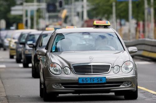ROTTERDAM - Taxichauffeurs uit Rotterdam rijden maandag in colonne over de Maasboulevard. De taxichauffeurs legden in heel Nederland het werk neer tussen 12.50 en 13.20 uur uit protest tegen de hoge brandstofprijzen. ANP PHOTO EVERT-JAN DANIELS
